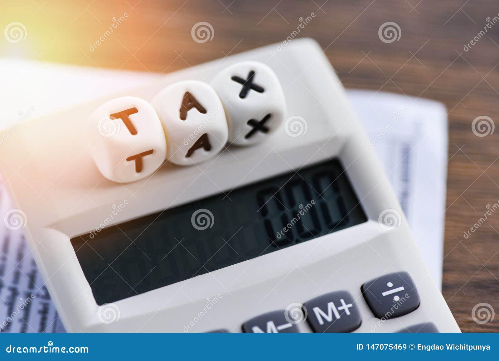 Palavras do imposto na calculadora nas finanças de papel da conta da fatura para o cálculo do imposto do tempo
