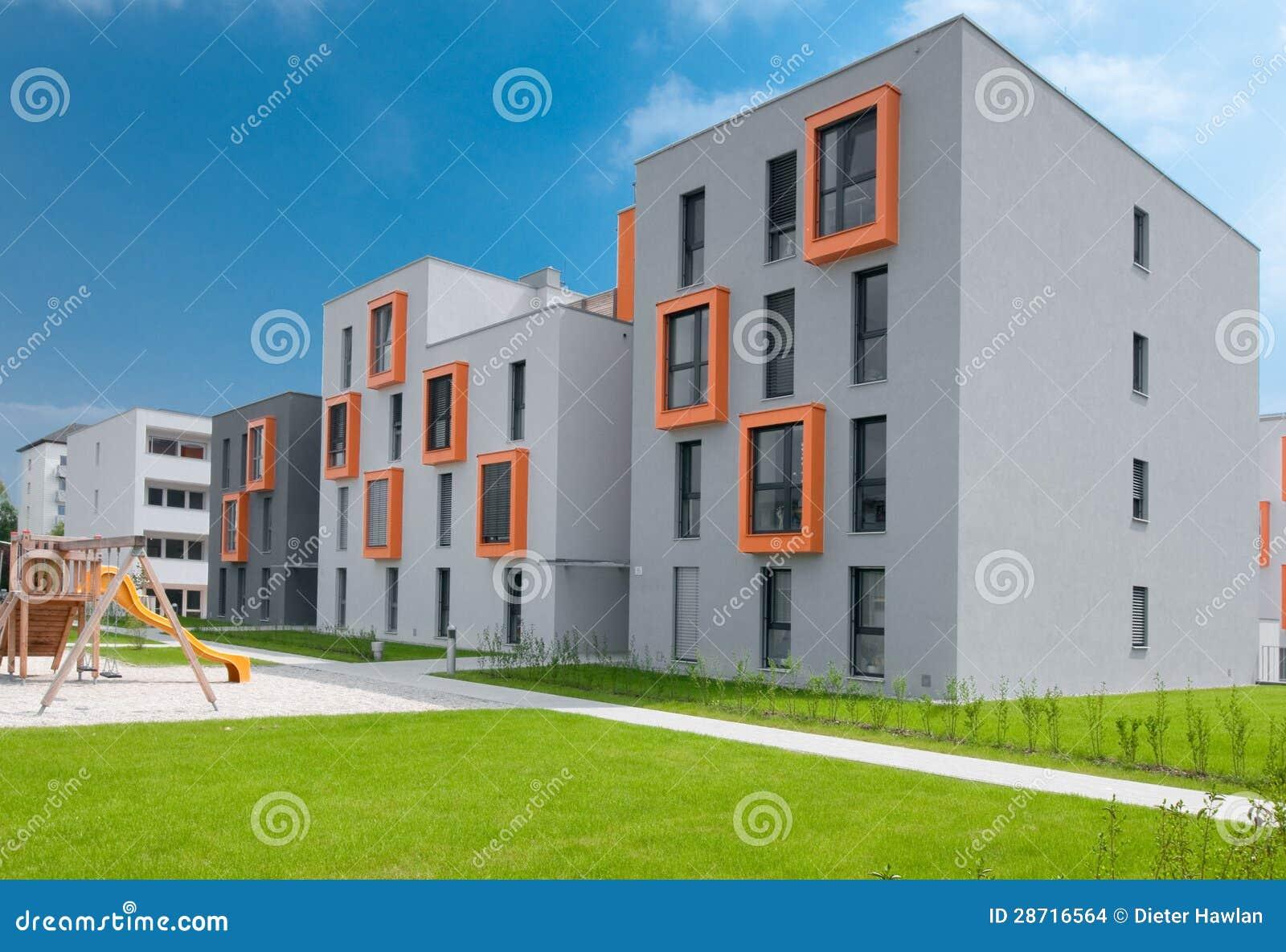 Palazzina di appartamenti moderna immagini stock for Foto di fattoria moderna