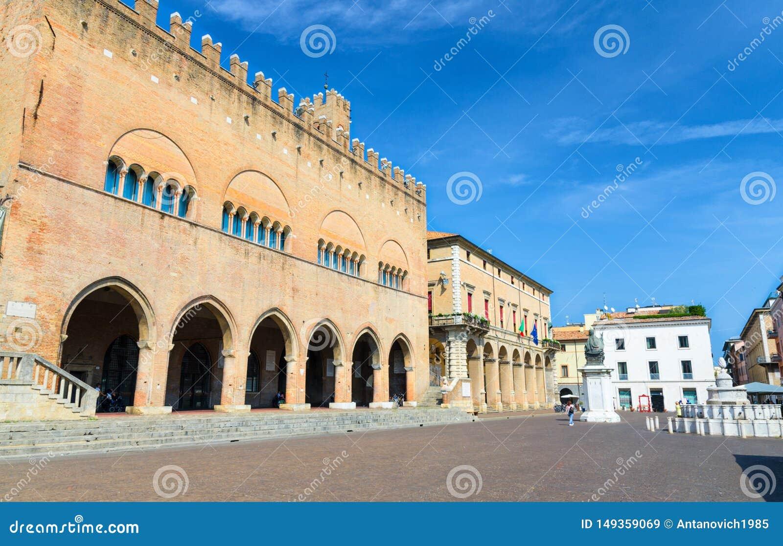 Palazzo小山谷'Arengo与曲拱的宫殿大厦和在广场卡武尔广场的保禄五世雕象在里米尼