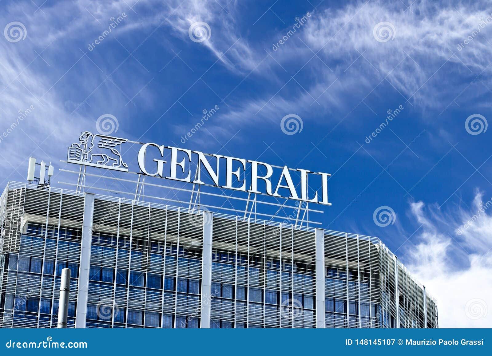Palazzo con Assicurazioni Generali firma adentro Milán El cielo azul es el fondo de la compañía de seguros italiana