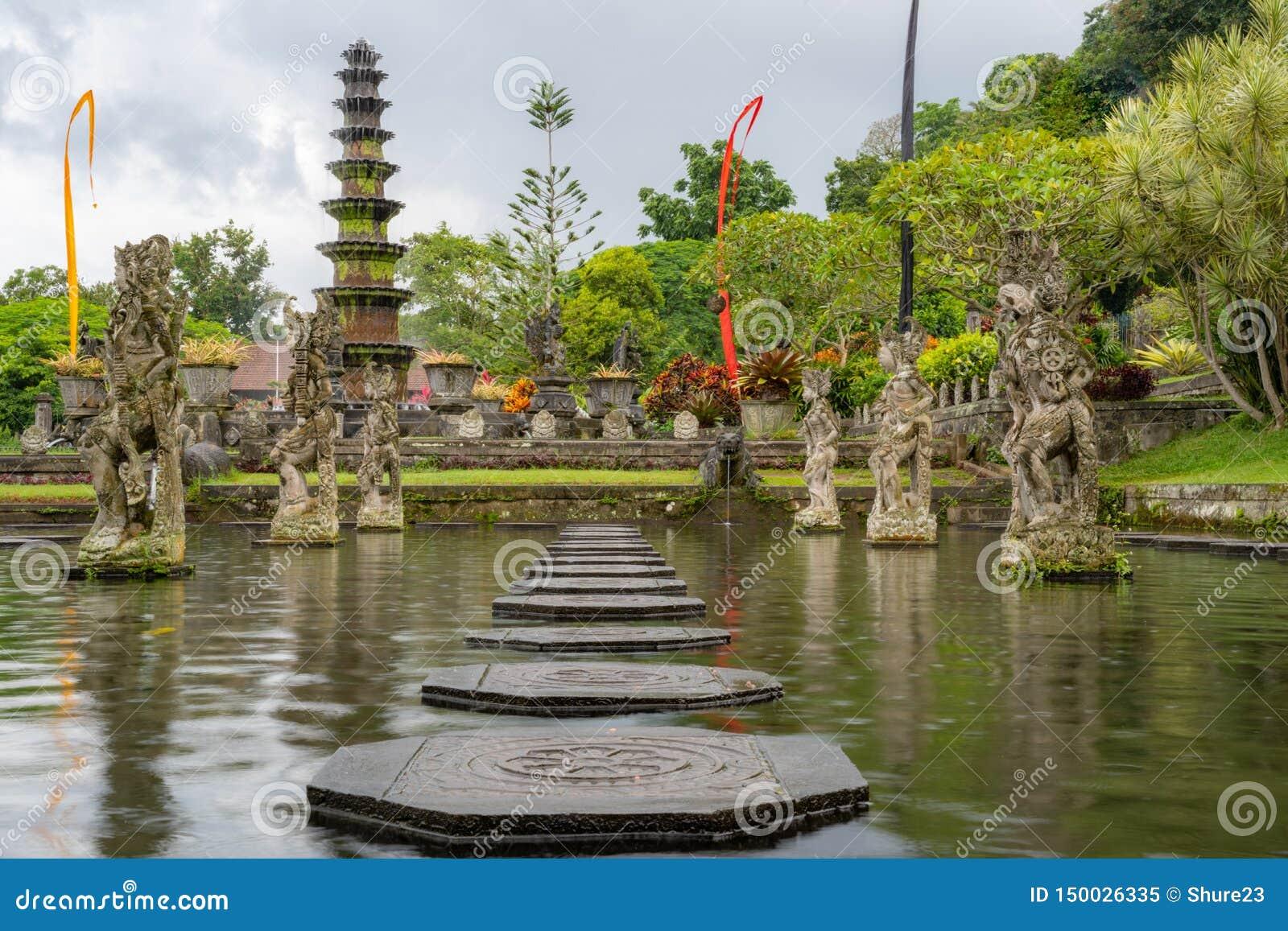 Palazzo dell acqua di Tirta Gangga, Karangasem, Indonesia Bello palazzo popolare dell acqua con le fontane ed i demoni indù tradi