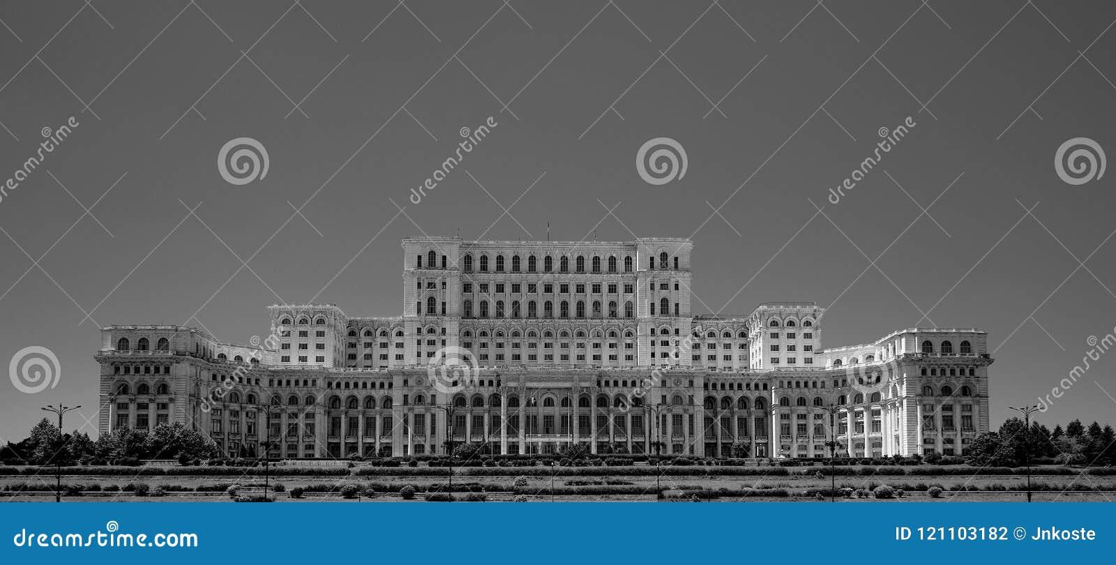 Palazzo di Ceausescu del Parlamento Bucarest Romania in blacka e nel bianco