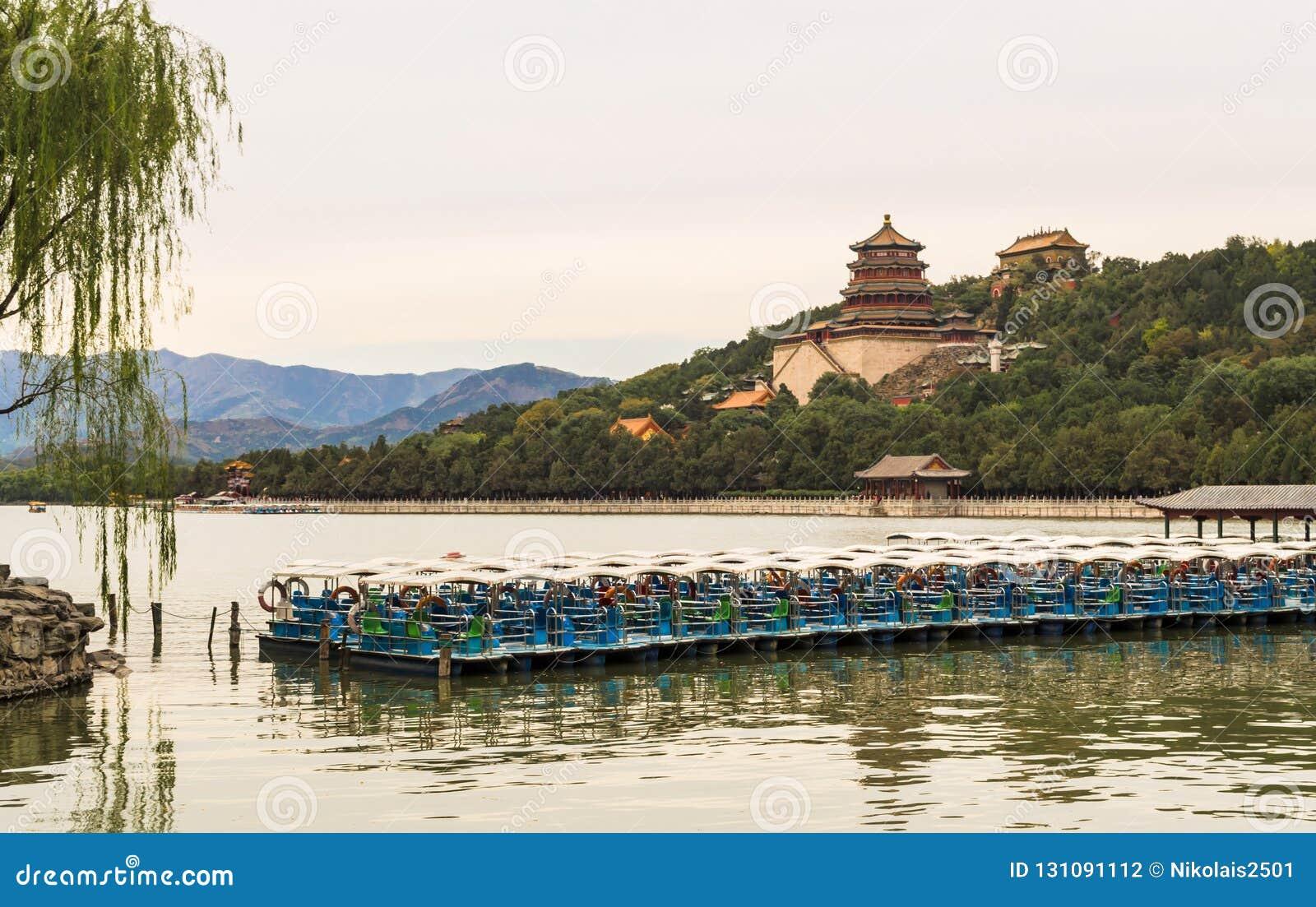 Palazzo di estate degli imperatori dalle dinastie del passato con la vista nel lago, Pechino, Cina