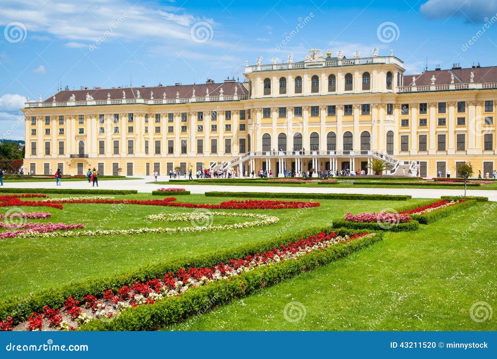 Palazzo di Schonbrunn con il grande giardino del Parterre a Vienna, Austria