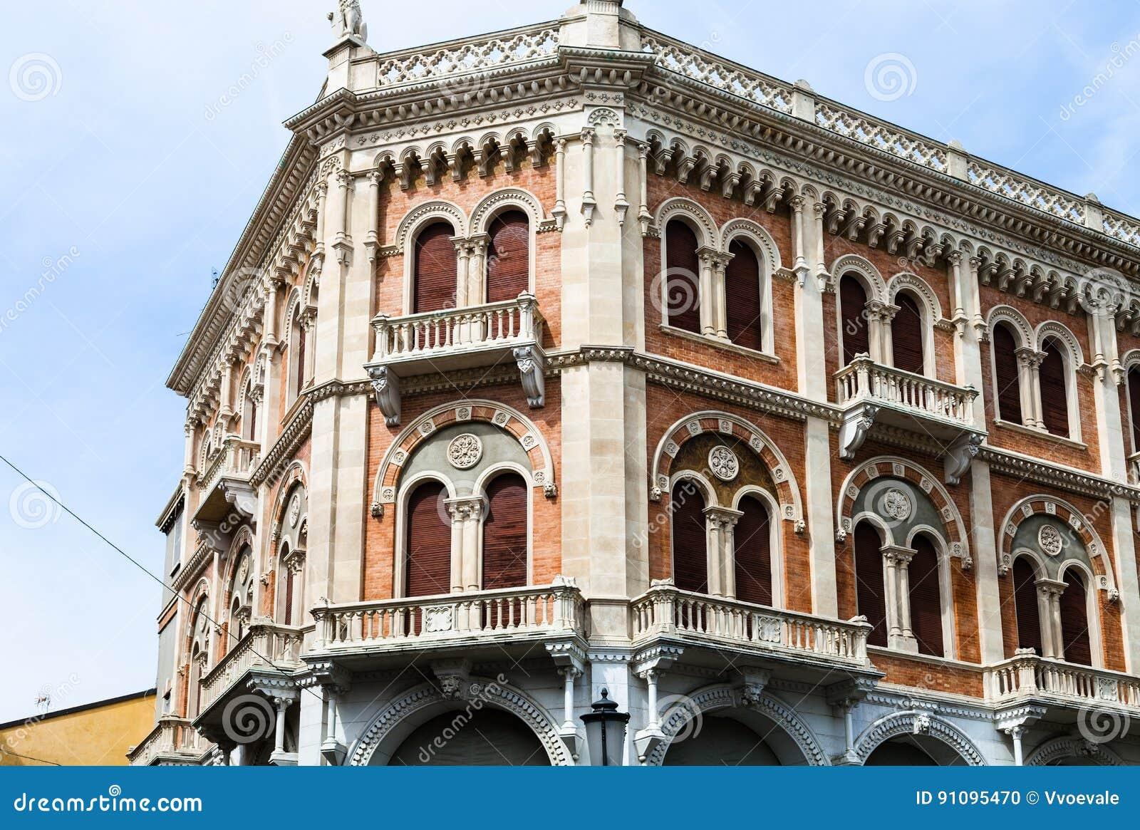 Palazzo sul delle Erbe della piazza a Padova