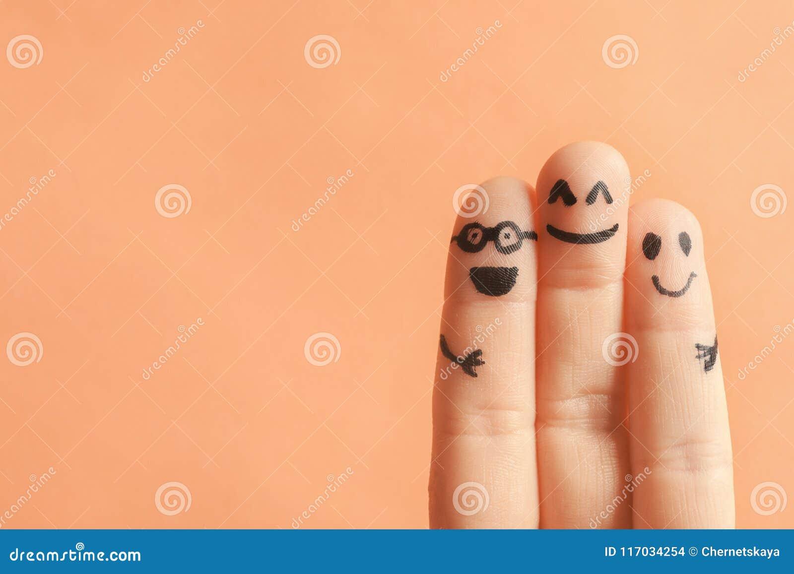 Palce z rysunkami szczęśliwe twarze