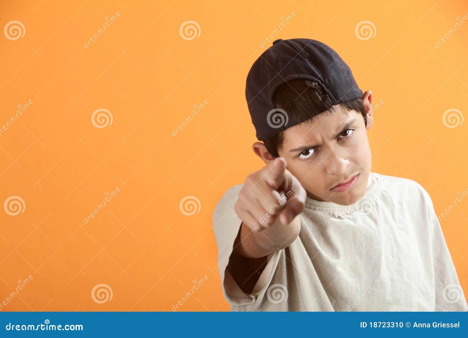 Palec wskazuje nastoletniego