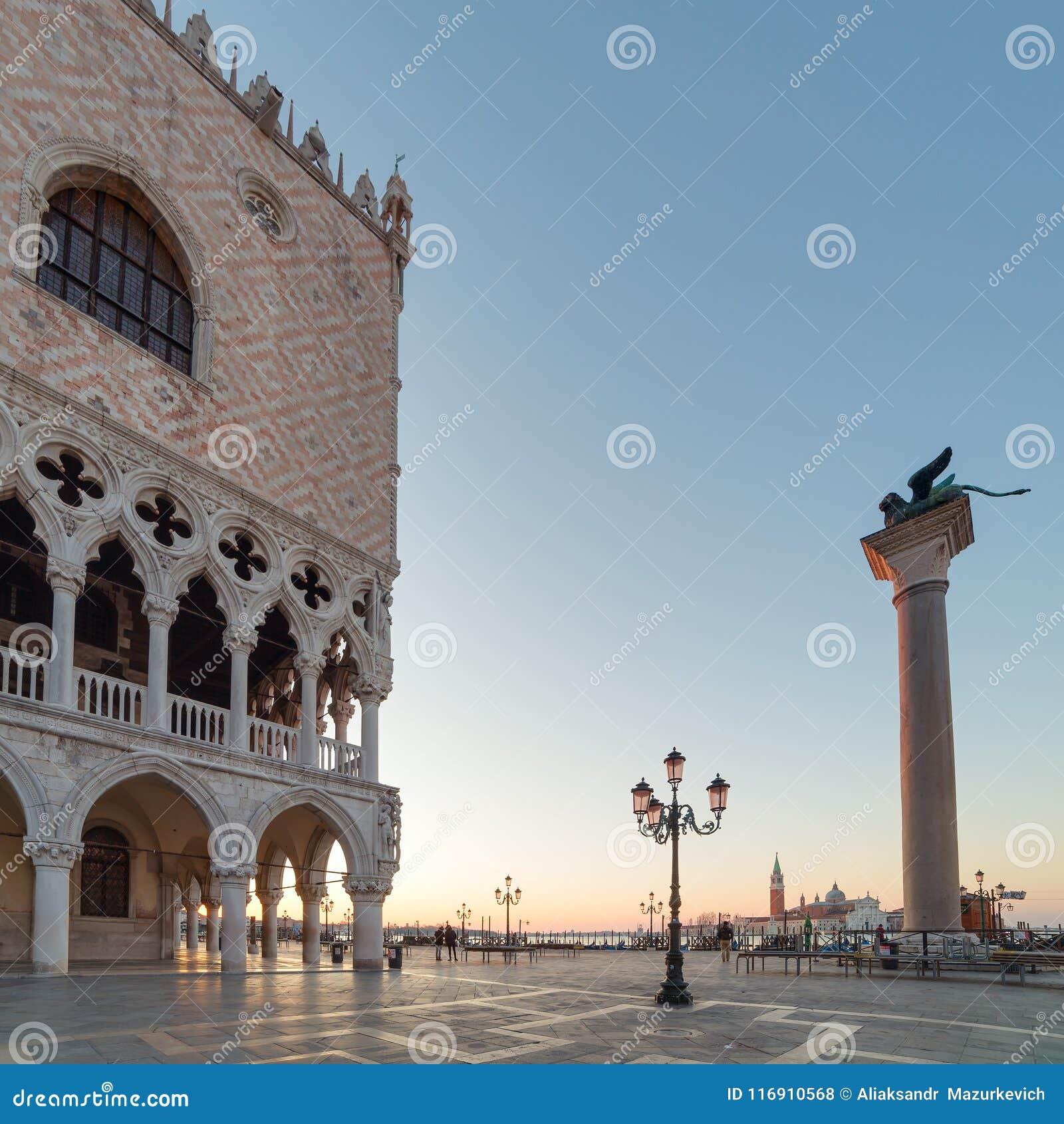 Paleis van doges op het vierkant van San Marco bij de zonsopgang in Venetië