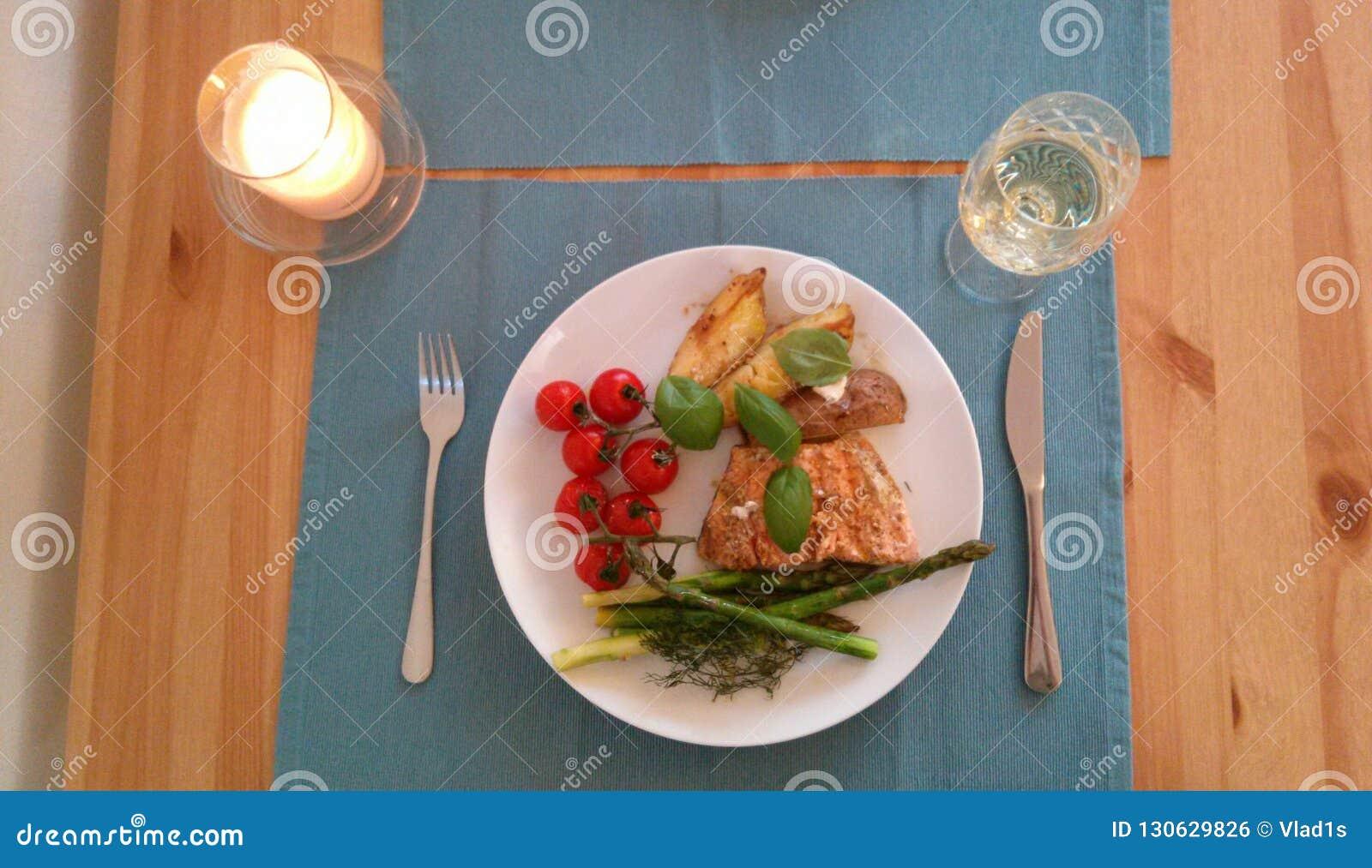 Paleo-Abendessen mit Tomaten, Spargel potatos und Lachsen