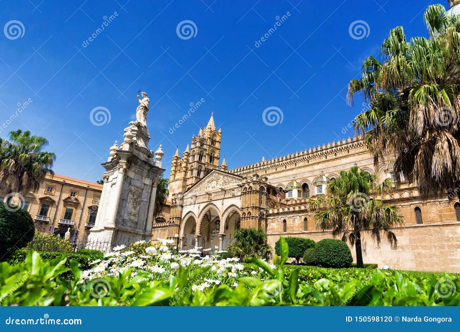 Palermo katedra Otaczająca drzewami i ogródem w Palermo, Włochy