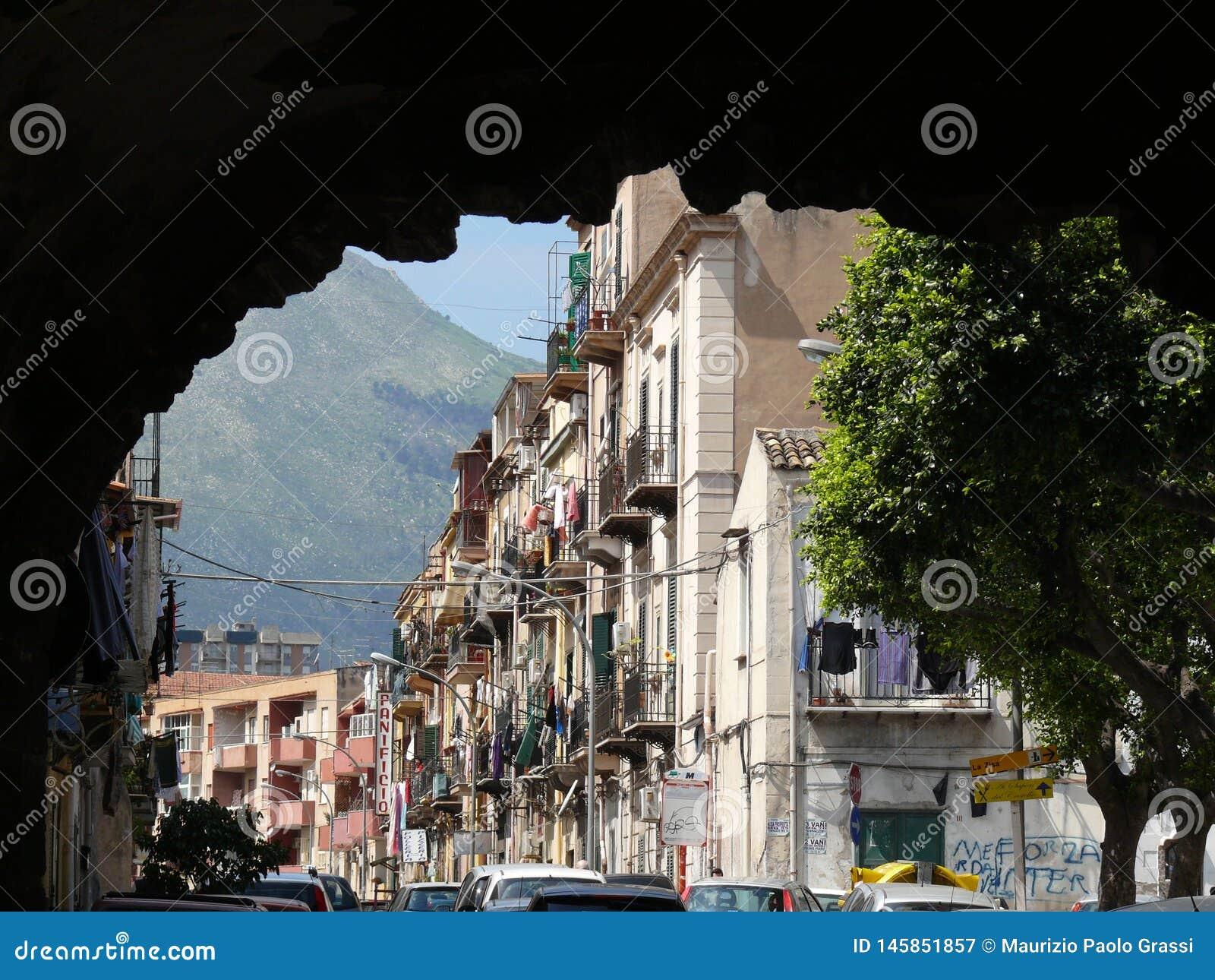 Palermo, Sicilia, Italia 11/04/2010 Strada popolare con la fronda della montagna
