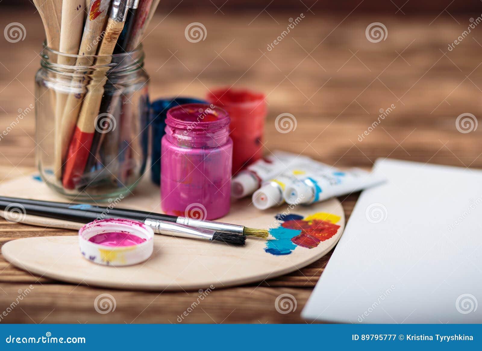 Paleta de madeira da arte com tubos de pinturas de óleo e de uma escova Ferramentas da arte e do ofício Escova do ` s do artista,