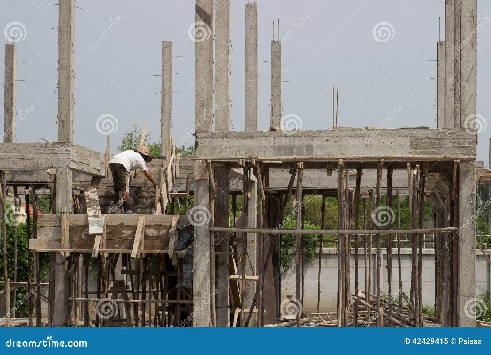Paleta del uso del trabajador del hombre en la escalera