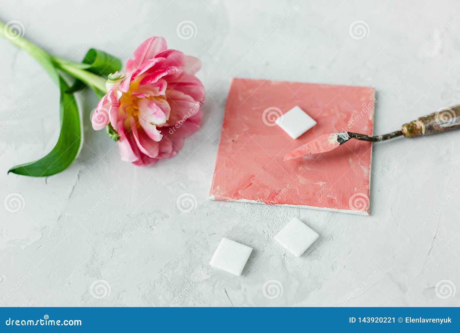 Paleta nóż na brezentowym obrazie z tulipanowym kwiatem i mozaika na szarym backround