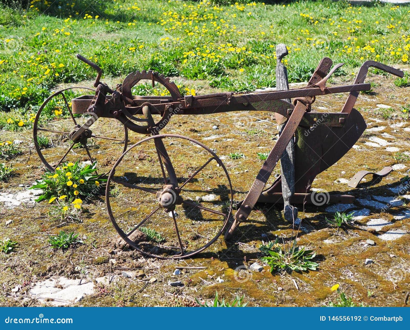 Paleta traída por caballo vieja para romper para arriba la tierra