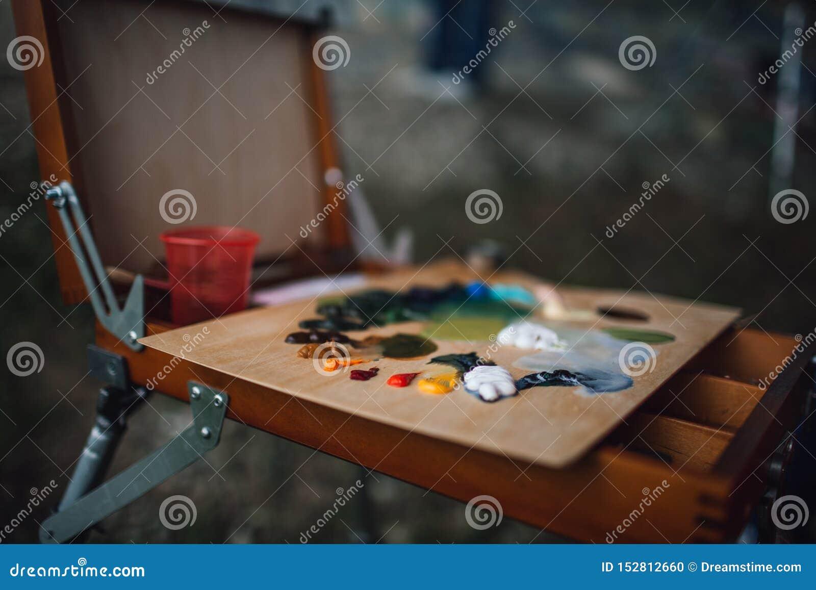 Paleta z kolorowymi nafcianymi farbami