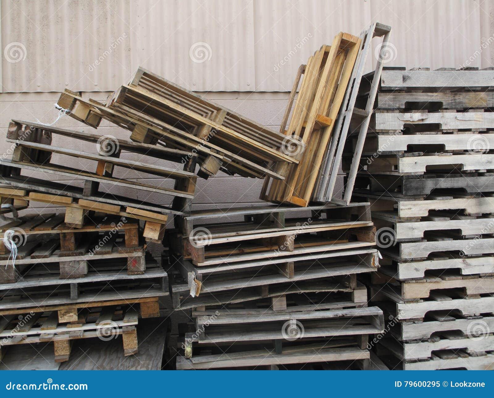 Paletas de madera apiladas foto de archivo imagen 79600295 for Paletas madera