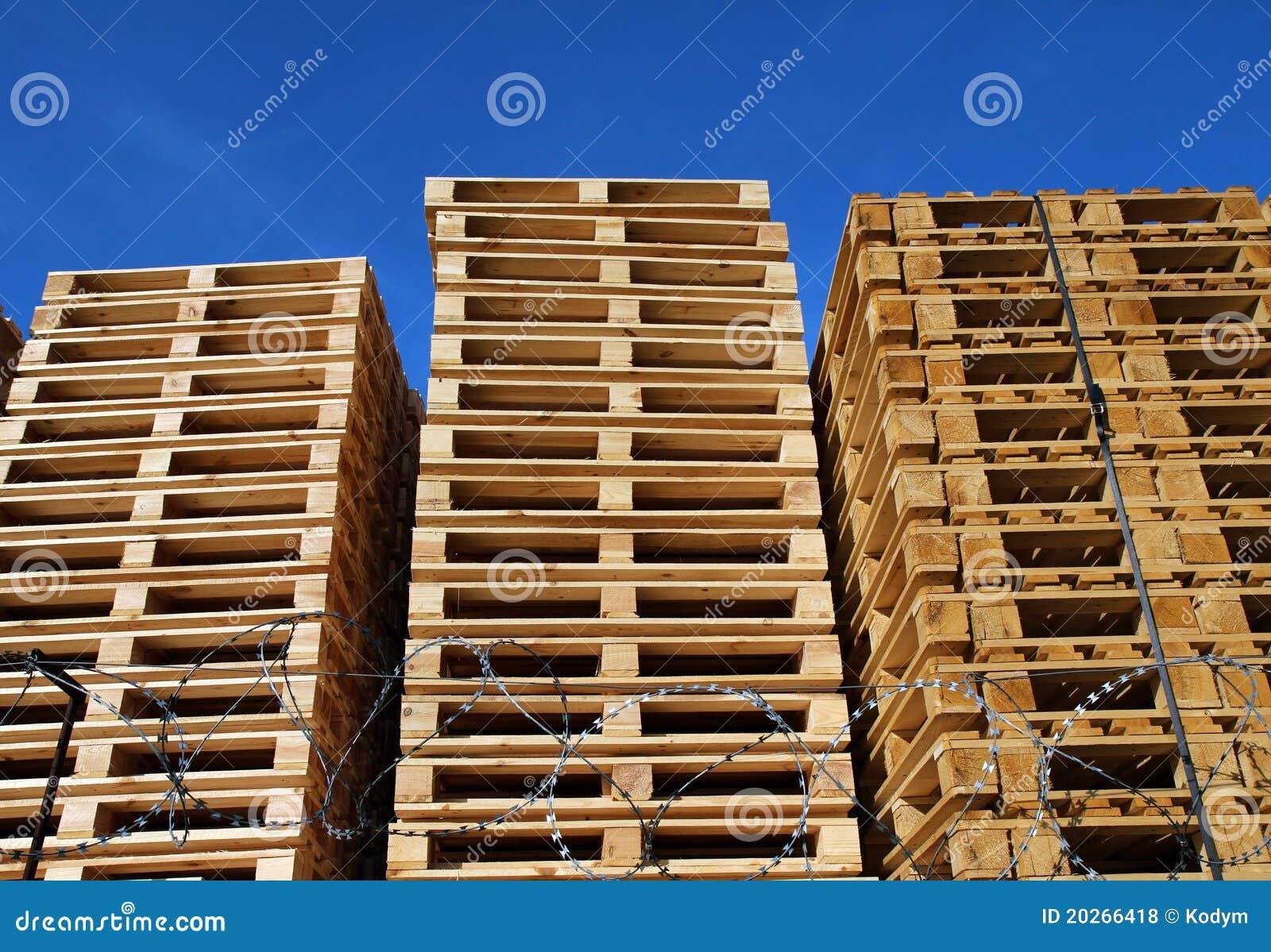 Paletas de madera colocadas en coutyard del almac n fotos for Paletas madera