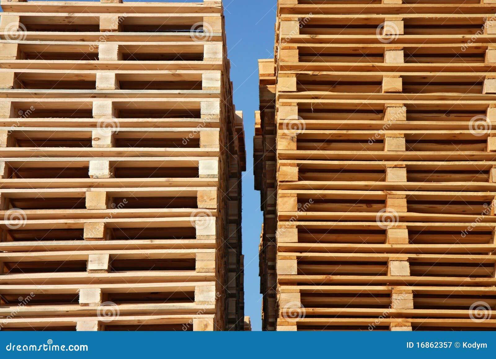 Paletas de madera hasta el cielo fotograf a de archivo for Paletas madera