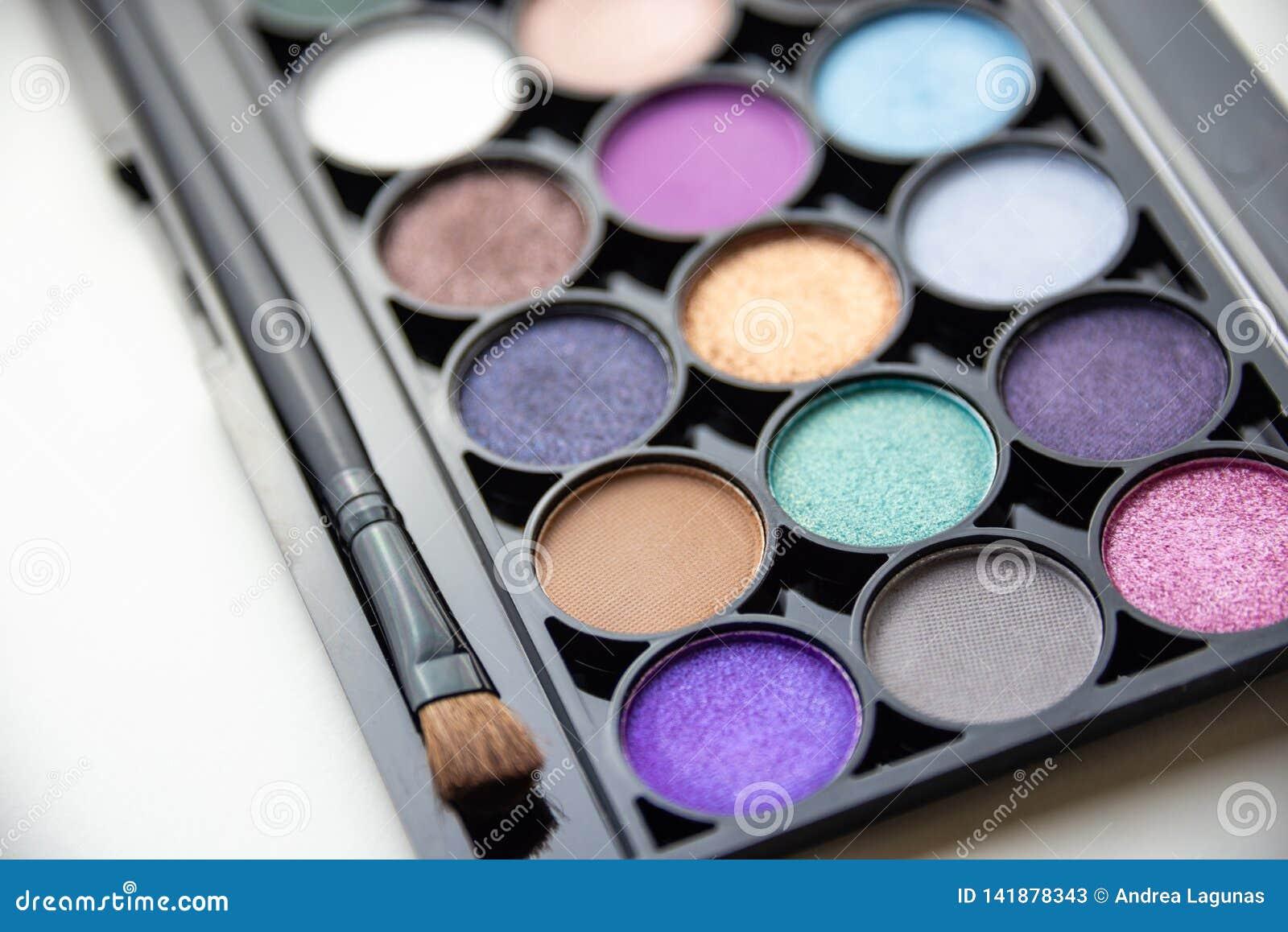 Palett av färgrika skuggor med borsten