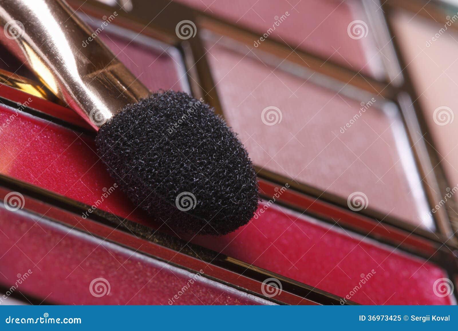 Palette de maquillage dans des tons roses avec la fin d - Palette maquillage avec pinceaux ...