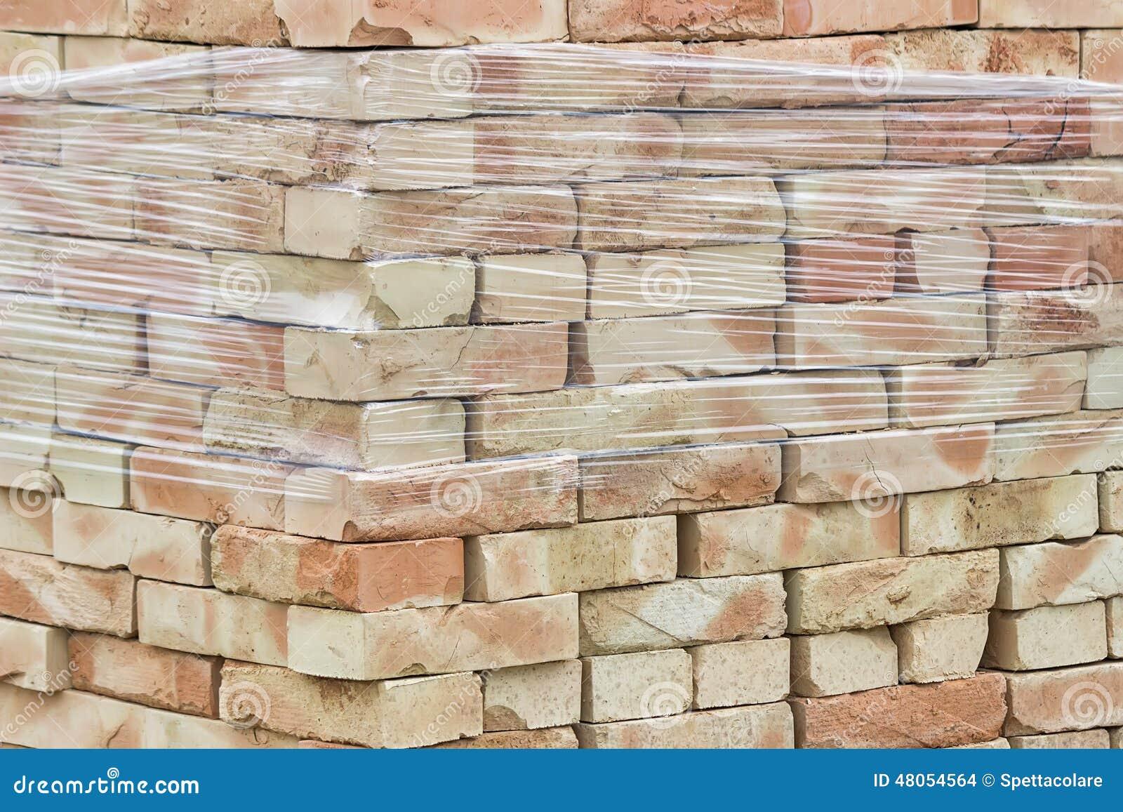 palette des briques jaunes d 39 argile empil es sans mortier photo stock image 48054564. Black Bedroom Furniture Sets. Home Design Ideas
