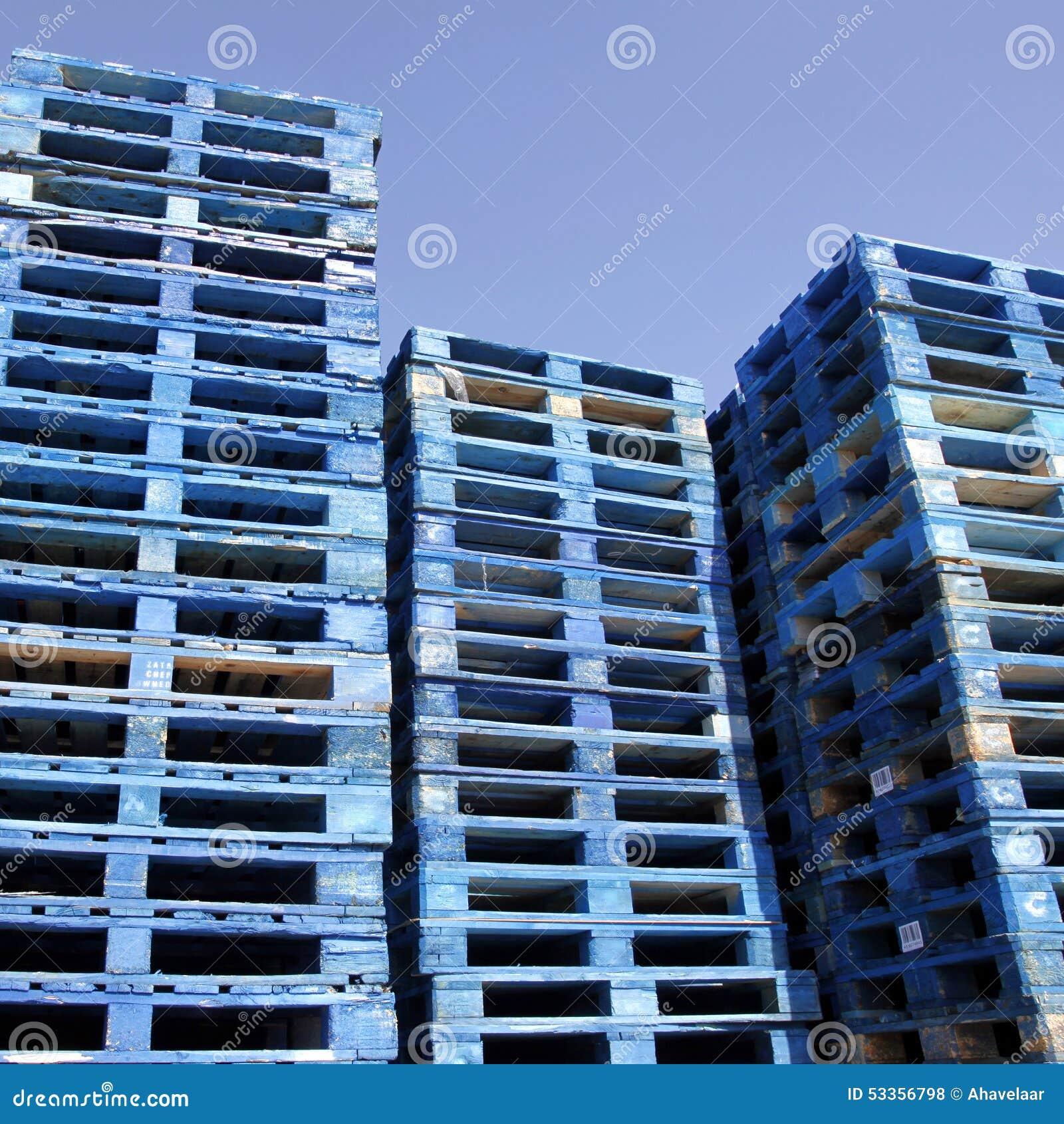 palettes bleues en soleil avec le ciel bleu photo stock. Black Bedroom Furniture Sets. Home Design Ideas