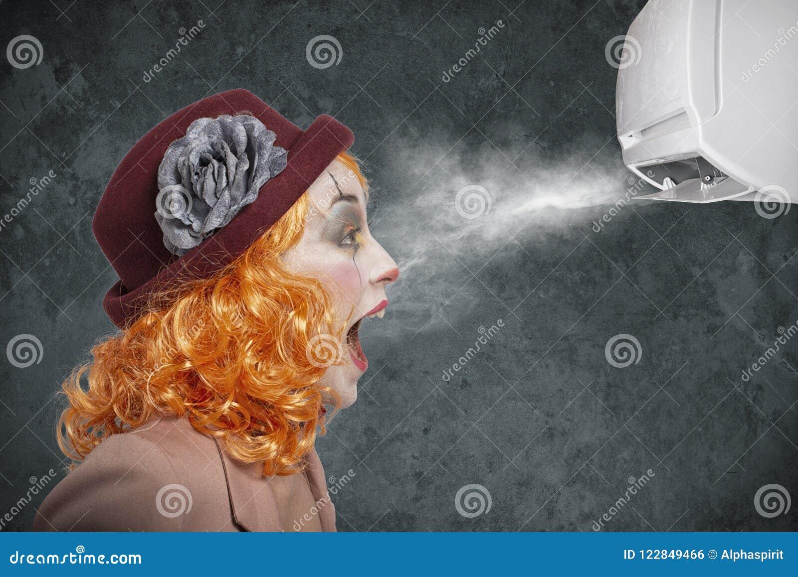 Palhaço surpreendido pelo fresco do condicionador de ar