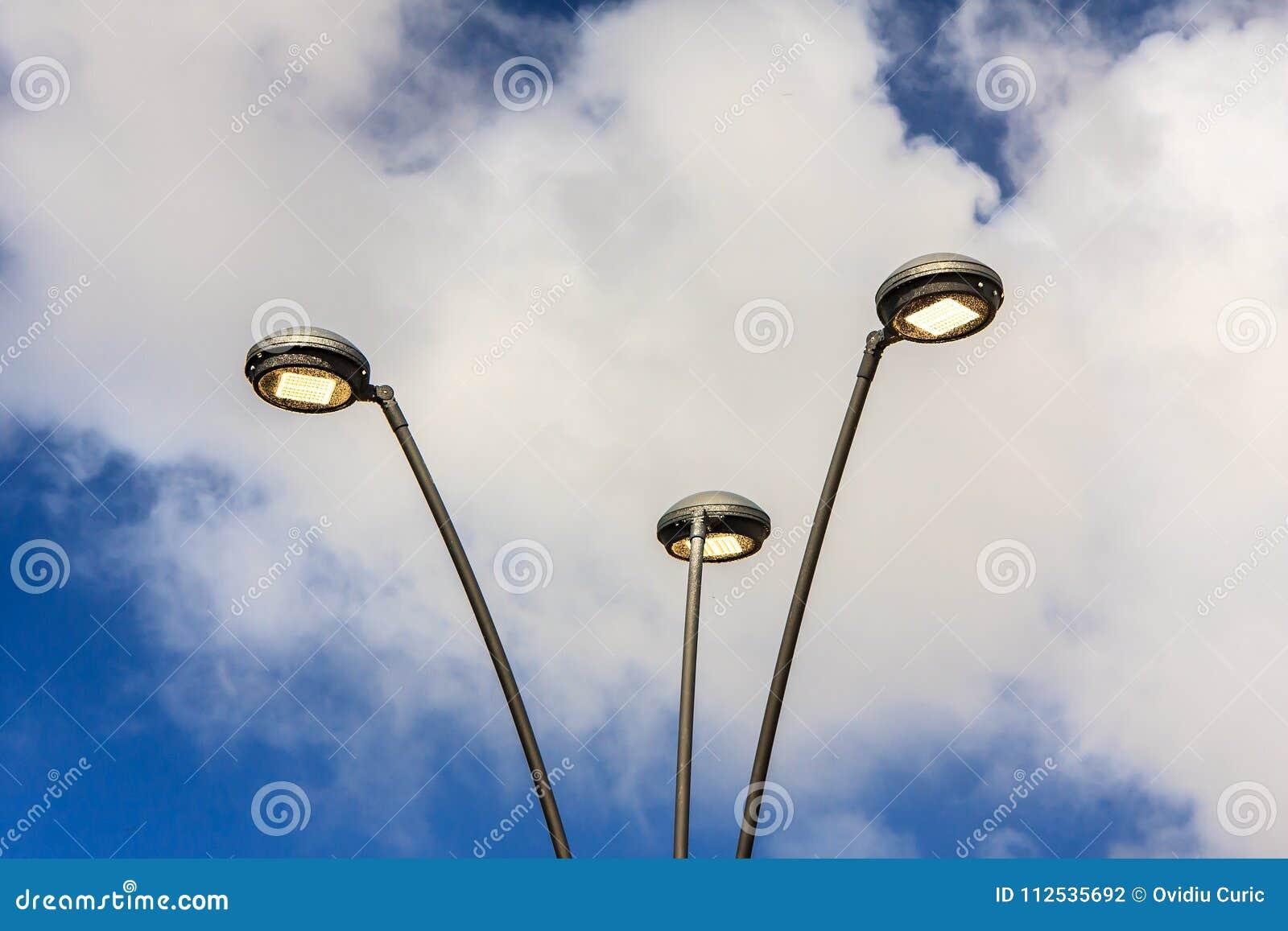 Pali curvi luce moderna del led illuminazione stradale fotografia