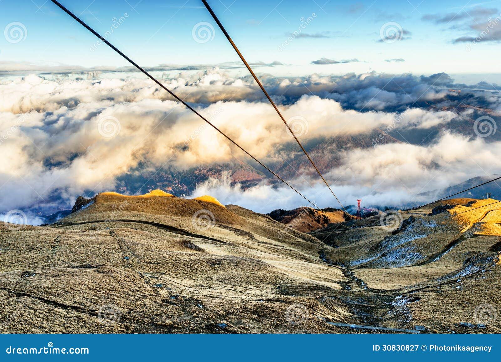 Pali della cabina di funivia sulla montagna