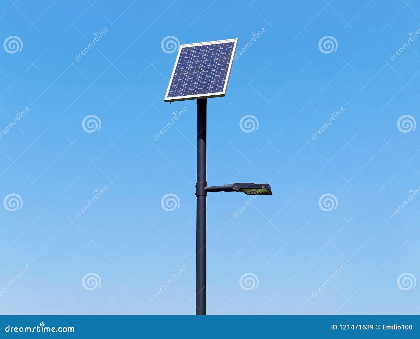Pali di illuminazione della via con il pannello fotovoltaico