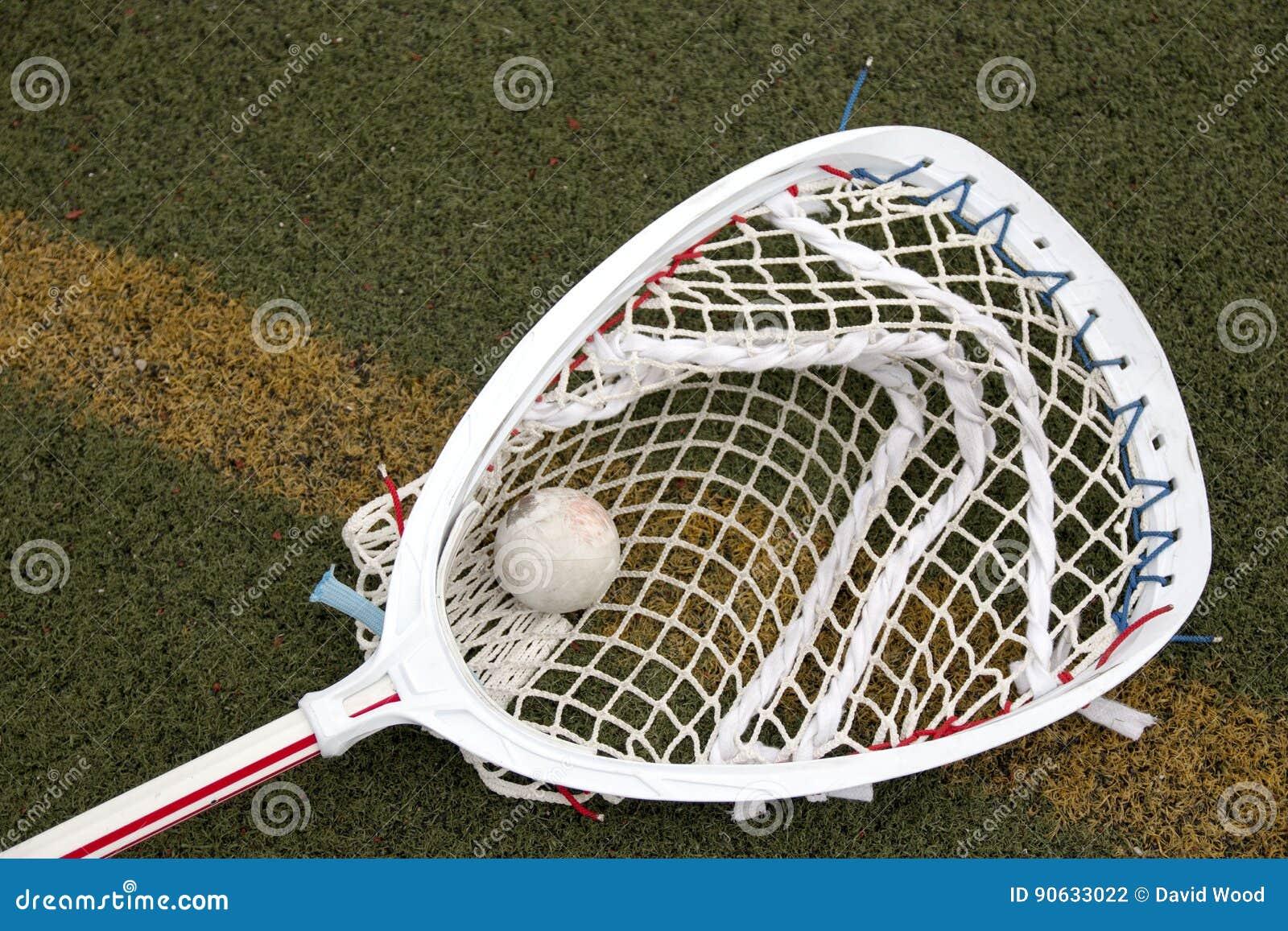 Palillo del portero de LaCrosse con la bola en la red