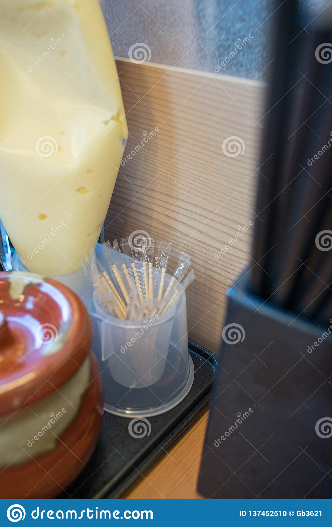 Palillos cubiertos por la bolsa de plástico en el restaurante japonés