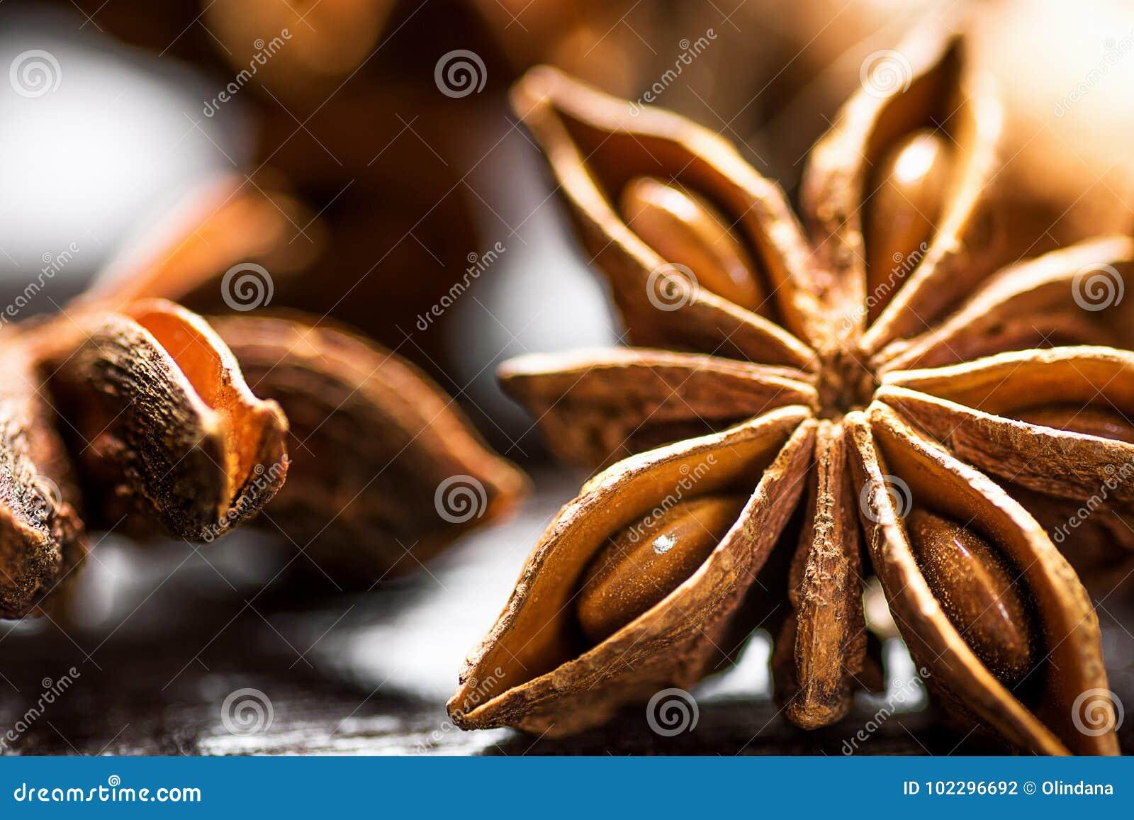 Palillos de canela de los ingredientes de la hornada de la Navidad Anise Star Cloves Cardamom Scattered en la macro de madera del