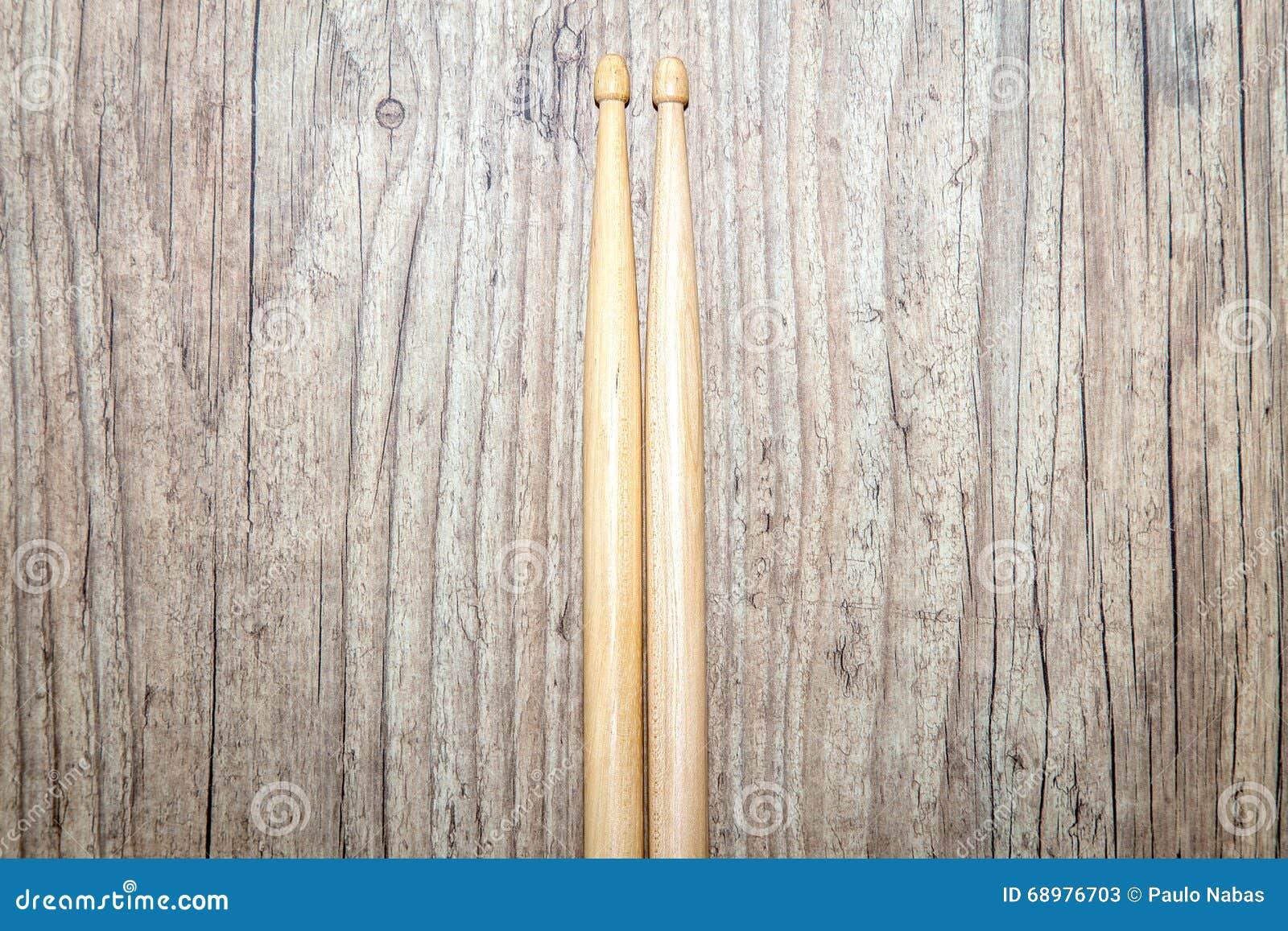 Palillos de madera en el fondo de madera