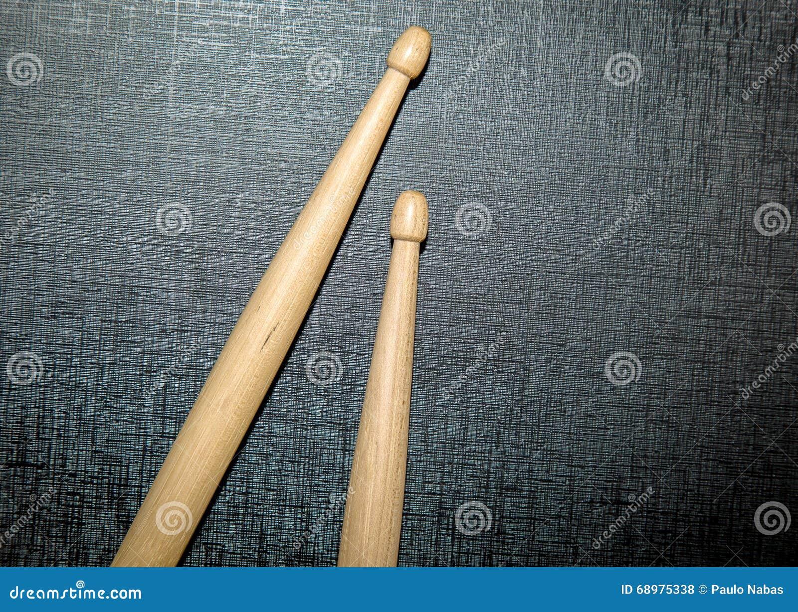 Palillos de madera en fondo negro de la textura