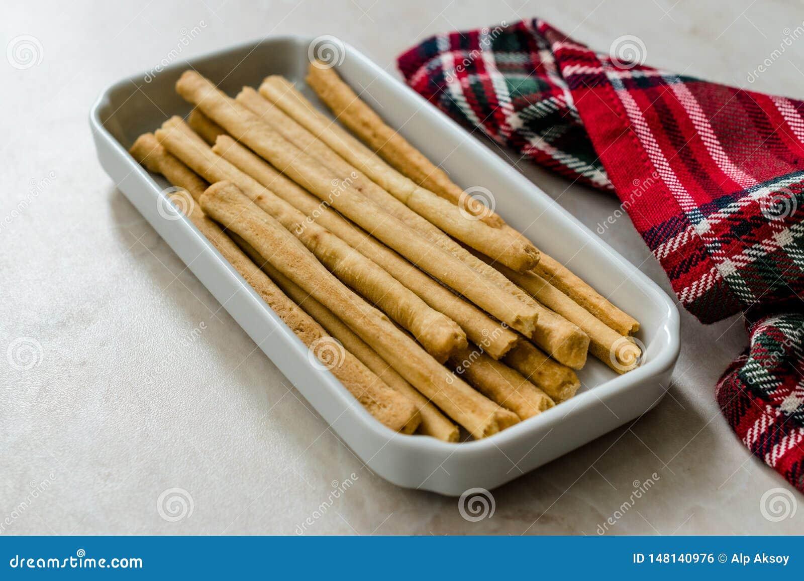 Palillos salados en la placa lista para servir para el bocado