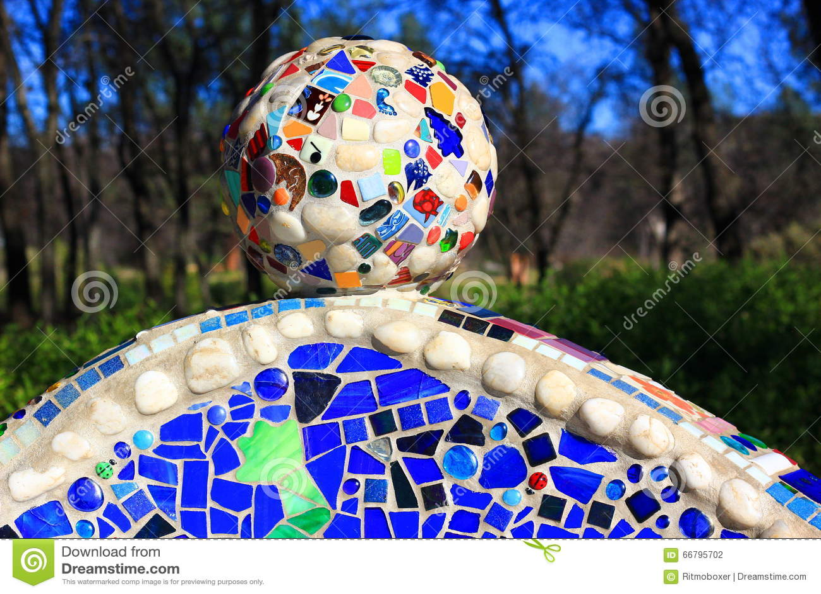 Palla decorativa del mosaico con le varie mattonelle fotografia