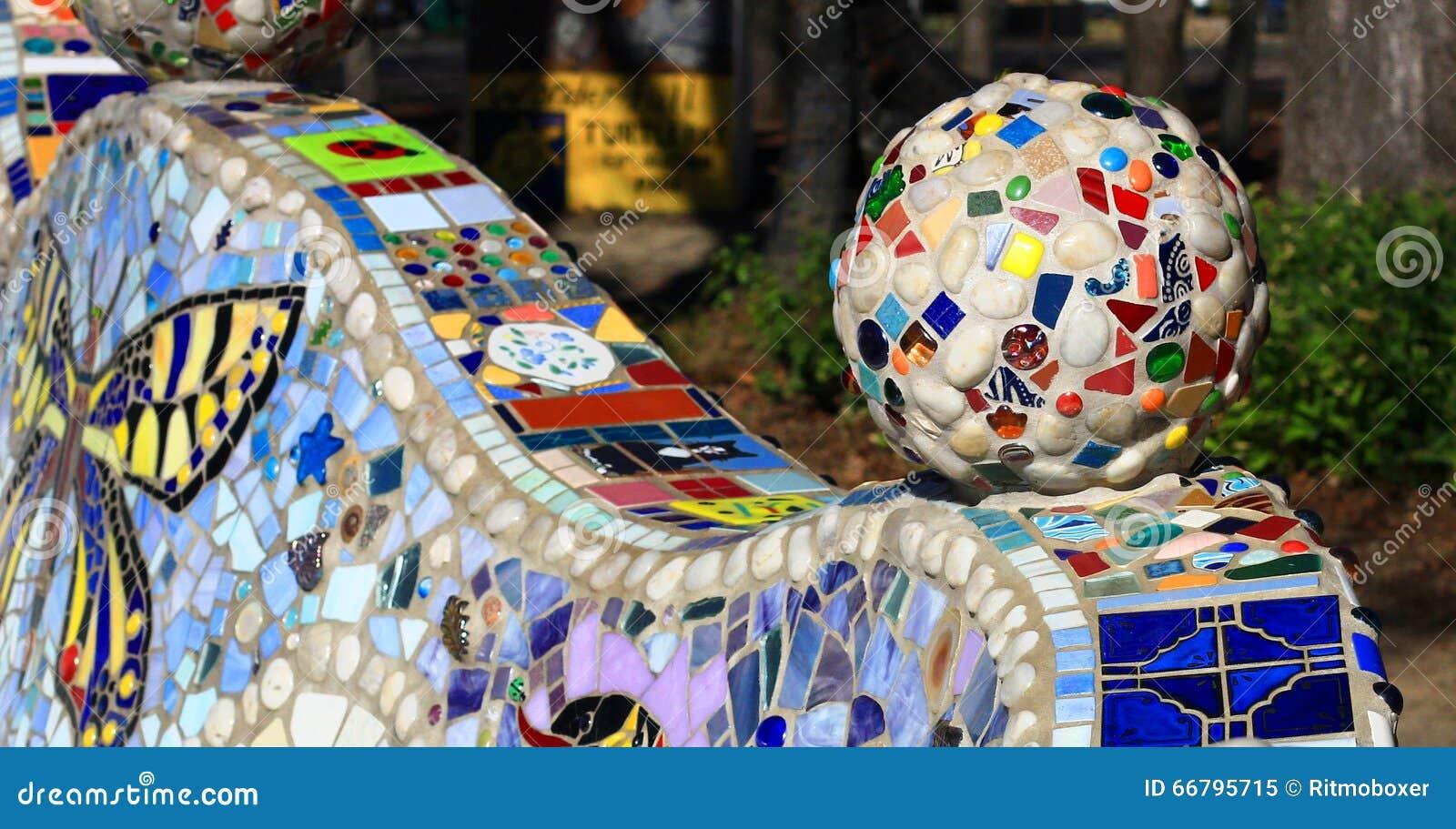 Palla decorativa del mosaico con le varie mattonelle immagine