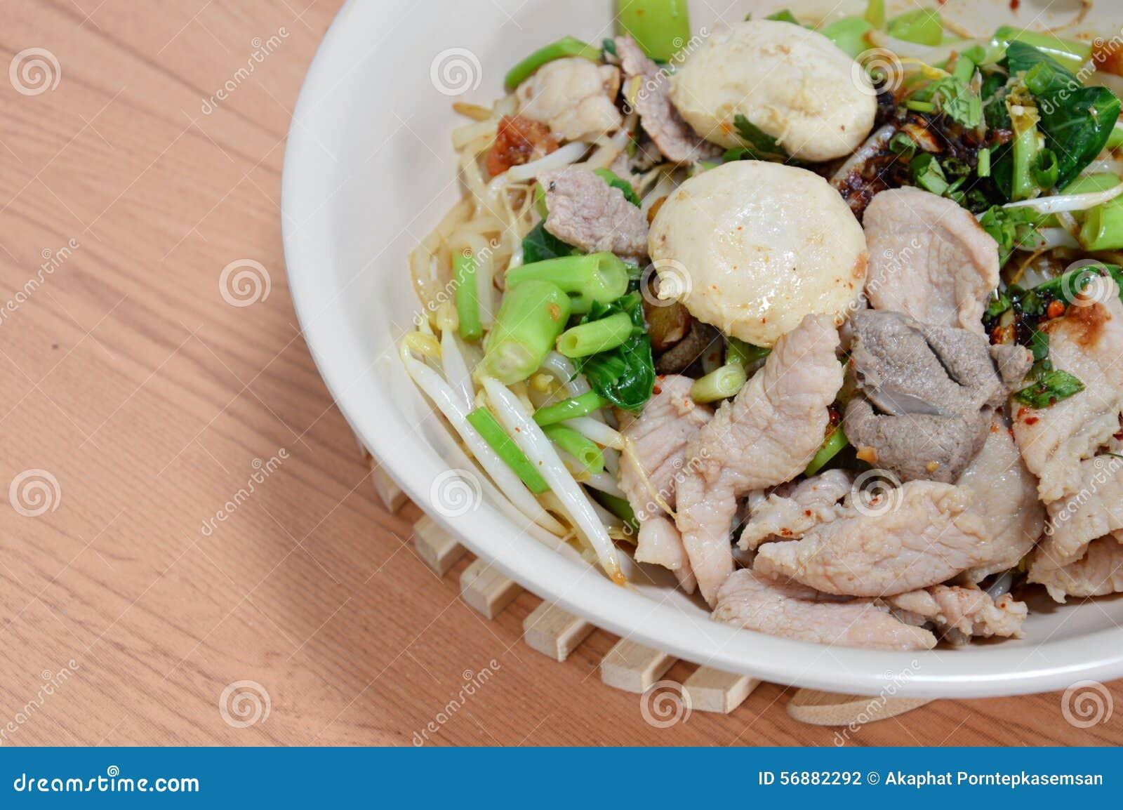 Palla della carne di maiale della guarnizione della tagliatella di riso e carne di maiale bollita della fetta
