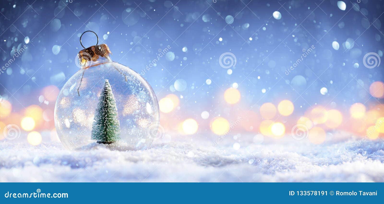 Palla della neve con l albero di Natale e nelle luci