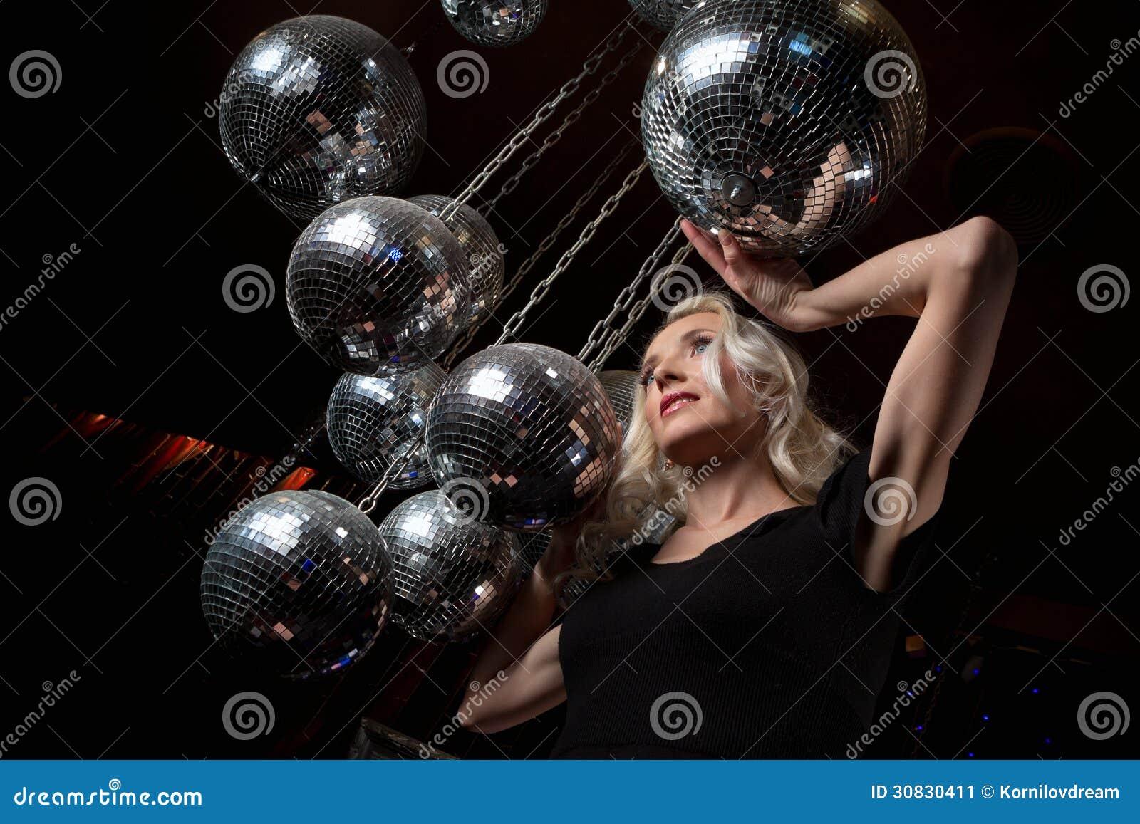 Palla dello specchio della discoteca della donna