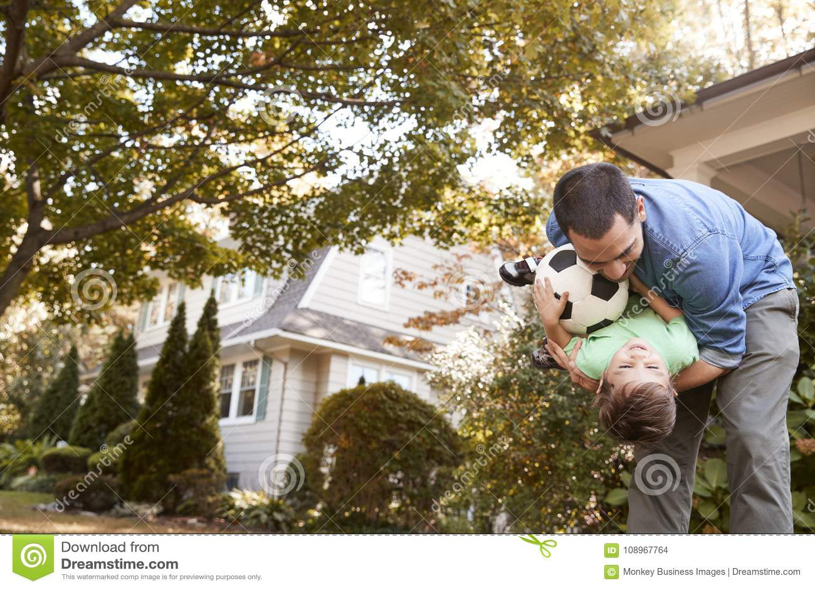 Palla di Playing With Soccer del padre in giardino con il figlio