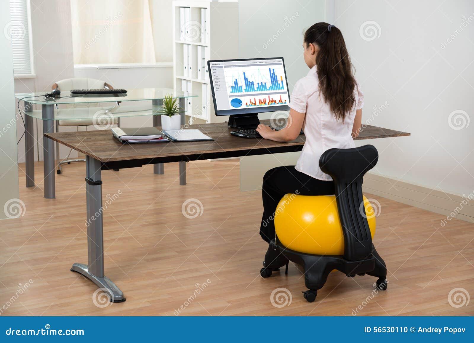 palla di sitting on fitness della donna di affari in ufficio fotografia stock immagine di. Black Bedroom Furniture Sets. Home Design Ideas