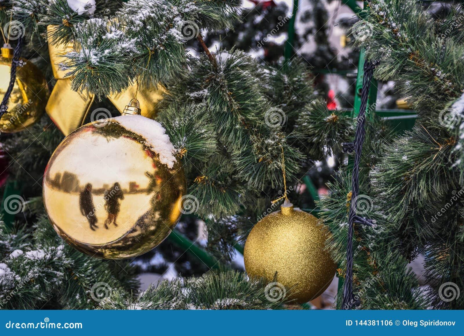 Palla dorata di Natale sull albero nella neve