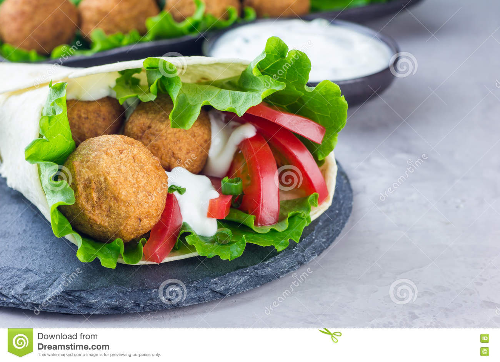 Palle del falafel del cece con le verdure e la salsa, preparazione del panino del rotolo