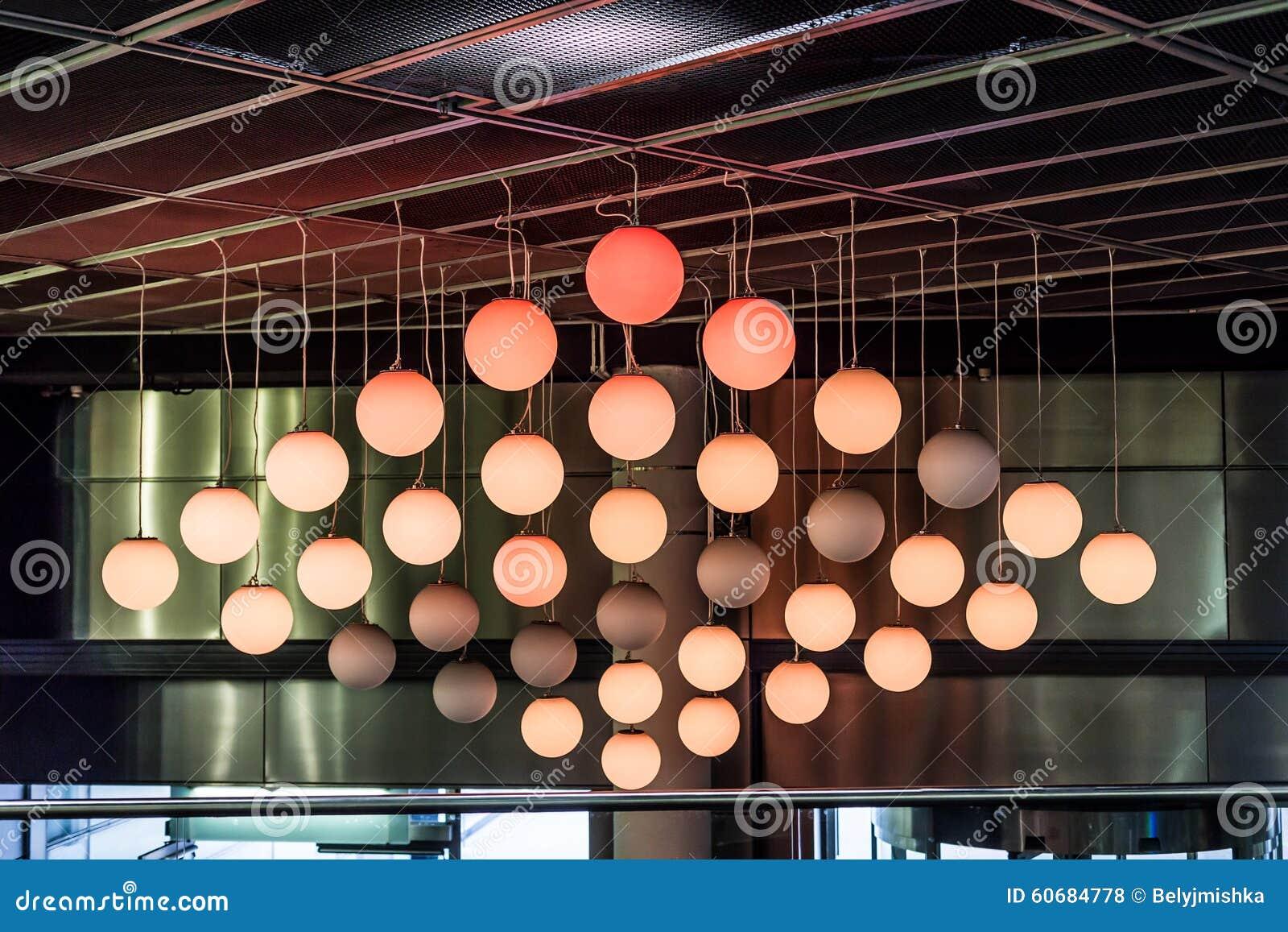 Plafoniere Da Soffitto Rotonde : Palle rotonde delle lampade sul soffitto fotografia stock