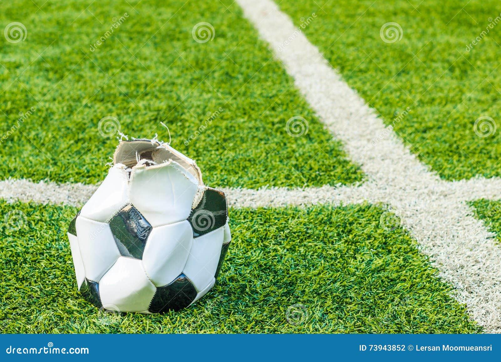 Pallone da calcio dilapidato nel tappeto erboso for Tappeto erboso a rotoli prezzi