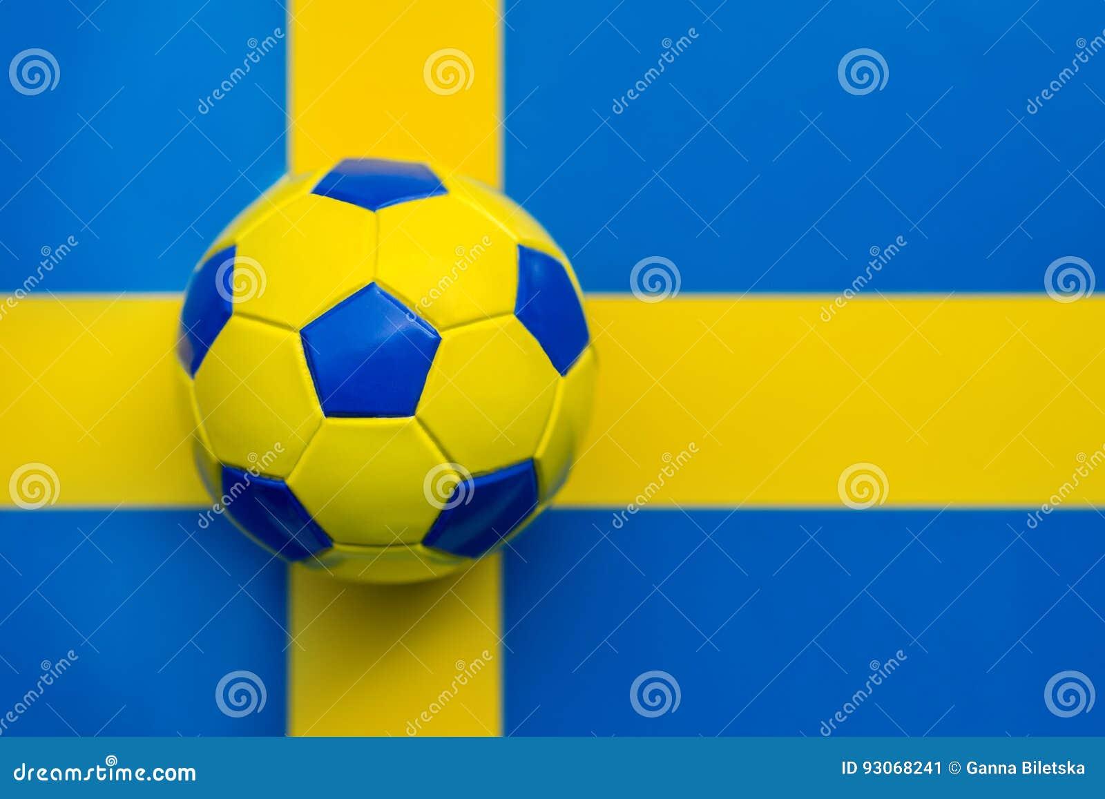Pallone Da Calcio Giallo Blu Contro Lo Sfondo Della Bandiera Del