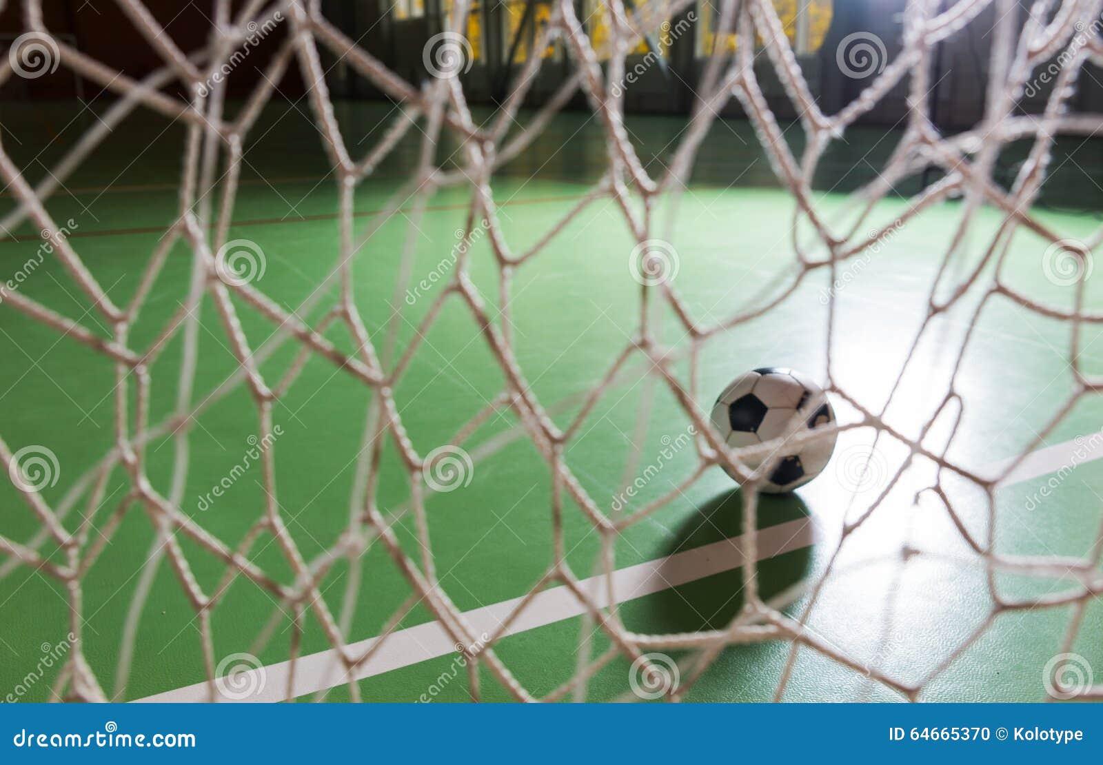 Pallone da calcio retroilluminato in un palo